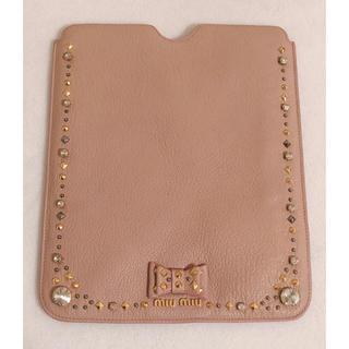 ミュウミュウ(miumiu)の美品 miumiu ミュウミュウ iPadケース ピンク ピンクベージュ ビジュ(iPadケース)