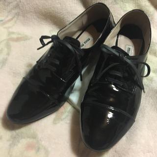 ミュウミュウ(miumiu)のミュウミュウ パテントビジューフラットシューズ(ローファー/革靴)