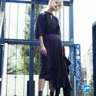 アメリヴィンテージ(Ameri VINTAGE)の【完売商品】PLEATS DOCKING LACE DRESS(ひざ丈ワンピース)