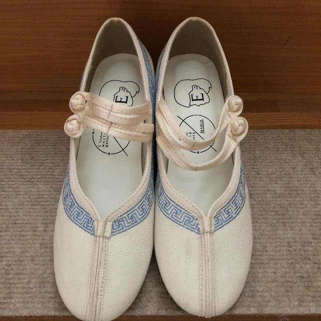 E hyphen world gallery(イーハイフンワールドギャラリー)のイーハイフン 白に青の刺繍のパンプス  レディースの靴/シューズ(ハイヒール/パンプス)の商品写真