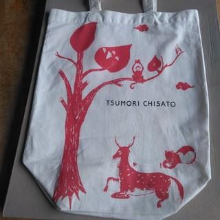 ツモリチサト(TSUMORI CHISATO)のツモリチサトの、大ぶりで軽い肩ピタ薄地綿布トートバッグ、ベージュ地にレンガ色鹿と(トートバッグ)