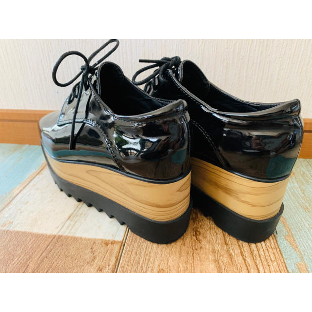 ZARA(ザラ)のプラットフォーム 厚底 オックスフォード 黒 エナメル 37 レディースの靴/シューズ(ローファー/革靴)の商品写真