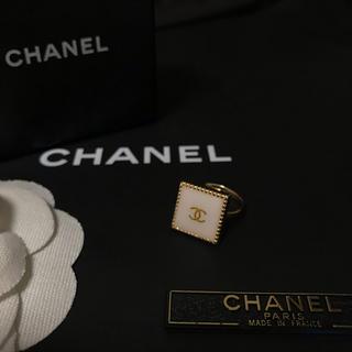 シャネル(CHANEL)のCHANEL ノベルティ スクエア リング(ゴールド×ホワイト)(リング(指輪))