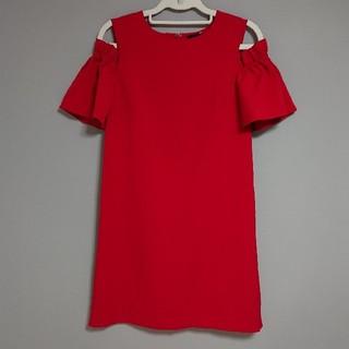 ローズバッド(ROSE BUD)の新品タグ付きパーティドレスワンピース肩空きフレアスリーブ赤ROSE BUD(ミディアムドレス)