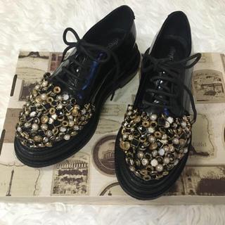 ジェフリーキャンベル(JEFFREY CAMPBELL)のアンティーク調ゴールドパーツシューズ(ローファー/革靴)