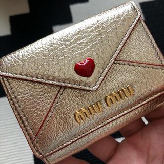 ミュウミュウ(miumiu)のミュウミュウ miumiu 三つ折財布 ラブレター ゴールド ミニ財布(折り財布)
