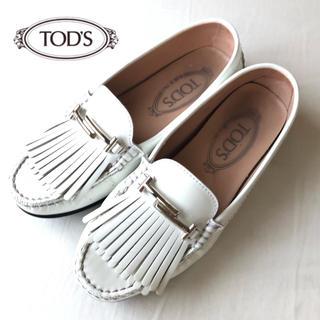 トッズ(TOD'S)のTOD'S ダブルT フリンジパテントレザードライビングシューズ 白 34(ローファー/革靴)
