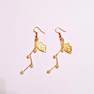 ゴールドリーフと枝パールの実◆ イヤリング 樹脂ピアス イヤリング(イヤリング)