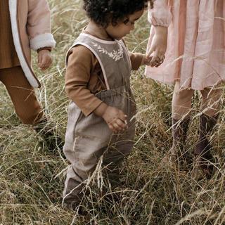 キャラメルベビー&チャイルド(Caramel baby&child )のApolina Linen Baby Bobbie Dungaree Fawn (ロンパース)