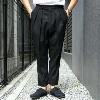 コモリ(COMOLI)のNEAT コットンカルゼ 46 テーパード ブラック(スラックス)