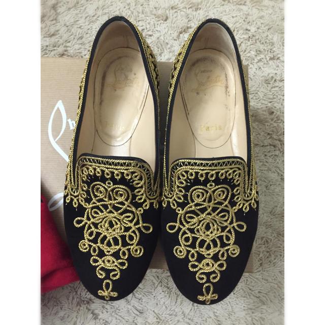 Christian Louboutin(クリスチャンルブタン)のルブタン 、フラット黒のベロアに金色の刺繍、35.5値下げ中 レディースの靴/シューズ(ローファー/革靴)の商品写真