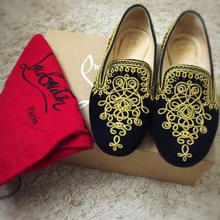 クリスチャンルブタン(Christian Louboutin)のルブタン 、フラット黒のベロアに金色の刺繍、35.5値下げ中(ローファー/革靴)