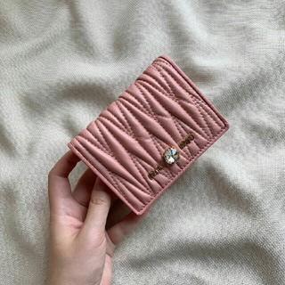 ミュウミュウ(miumiu)のMIUMIUニつ折り財布(折り財布)