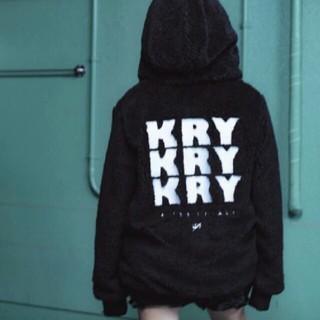 シュプリーム(Supreme)のモコモコ 3連ロゴ KRY clothing ケリークロージング ボアジャケット(毛皮/ファーコート)