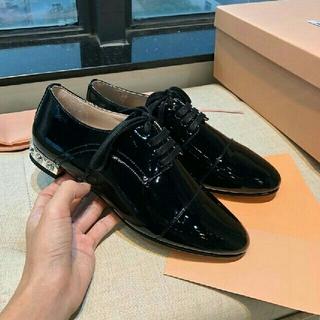 ミュウミュウ(miumiu)の 2019-20 新品正规品 miumiu レディース 革靴  【黒】(ローファー/革靴)
