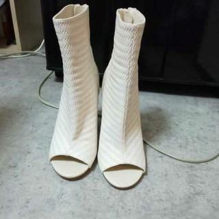 フォーエバートゥエンティーワン(FOREVER 21)のForever21 靴 白 オープントゥブーツ 23cm(ブーツ)