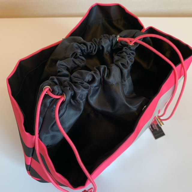 Victoria's Secret(ヴィクトリアズシークレット)の【新品】VS ロゴ ストライプ ポーチ 巾着 レディースのファッション小物(ポーチ)の商品写真