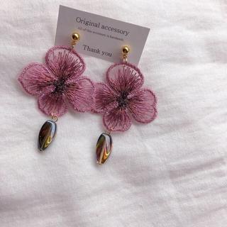 リリーブラウン(Lily Brown)の刺繍フラワーピアス ピンク パープル(ピアス)