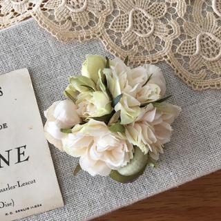 ホワイトバラとアンティークグリーン、ベージュ紫陽花のコサージュ(コサージュ/ブローチ)