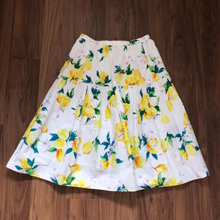 チェスティ(Chesty)のchesty レモン柄 ホワイト 膝丈 スカート(ひざ丈スカート)