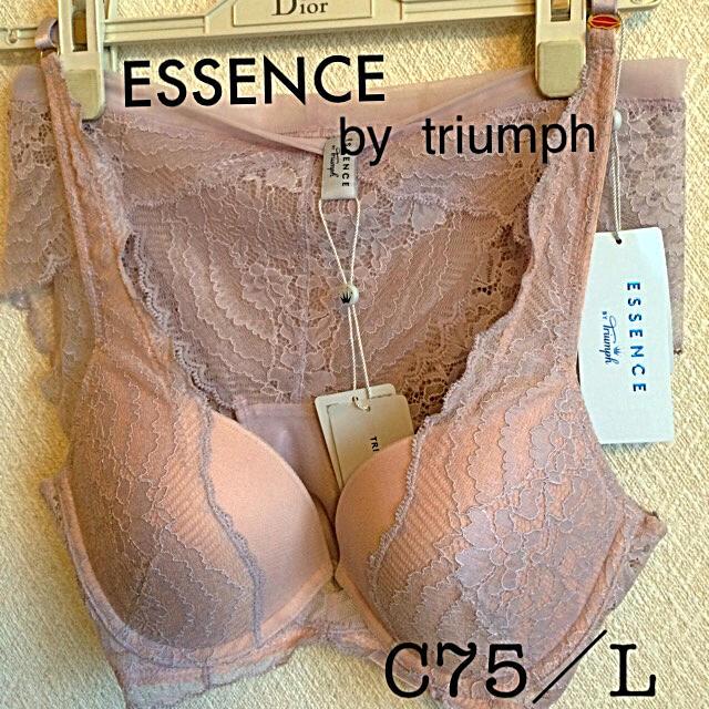 Triumph(トリンプ)の【新品タグ付】ESSENCE by  triumph/ブラセットC75L レディースの下着/アンダーウェア(ブラ&ショーツセット)の商品写真