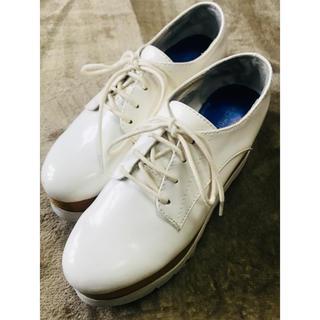 ジェフリーキャンベル(JEFFREY CAMPBELL)のJeffry campbell 厚底レースアップシューズ 白(ローファー/革靴)