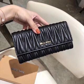 ミュウミュウ(miumiu)のMiuMiuミュウミュウ  財布が長い(長財布)
