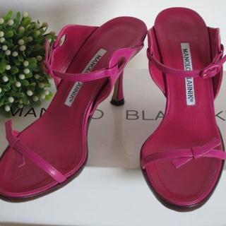 マノロブラニク(MANOLO BLAHNIK)の未使用靴裏面ゴム貼り済★マノロブラニクフューシャーピンクリボンミュールサンダル(ミュール)