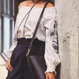 ココディール(COCO DEAL)のCOCODEAL ボタニカル刺繍オフショルブラウス(シャツ/ブラウス(長袖/七分))