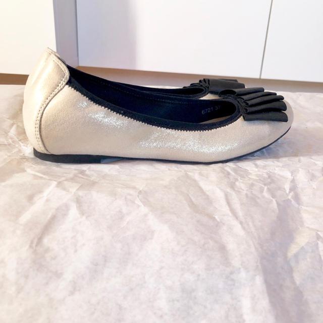 ORiental TRaffic(オリエンタルトラフィック)の最終値下げ!フラットシューズ 美品 プラチナ オリエンタルトラフィック レディースの靴/シューズ(ハイヒール/パンプス)の商品写真