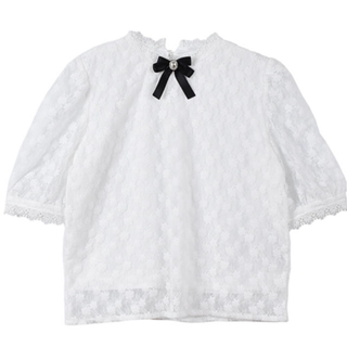 エブリン(evelyn)のevelyn リボンブローチレーストップス ホワイト(シャツ/ブラウス(半袖/袖なし))