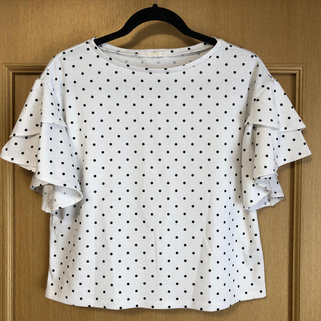 GU(ジーユー)のドット×袖フリル トップス レディースのトップス(シャツ/ブラウス(半袖/袖なし))の商品写真