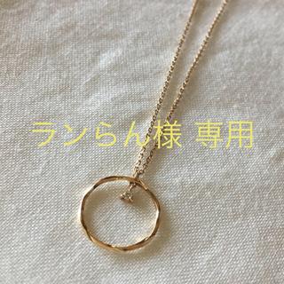 COCOSHNIK - ココシュニック ダイヤ 三つ爪 ツイストフープネックレス