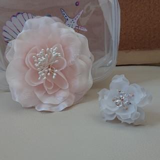 アネモネ(Ane Mone)の3点セット!ピンクのコサージュと白いお花の指輪(ブローチ/コサージュ)