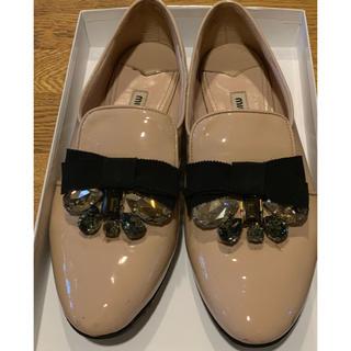 ミュウミュウ(miumiu)のmiumiu ビジュー付きパンプス(ローファー/革靴)
