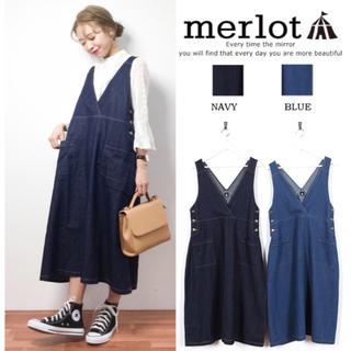 メルロー(merlot)のmerlot デニム Vカット ジャンパースカート ワンピース(ひざ丈ワンピース)