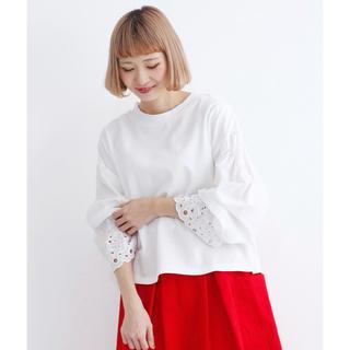 メルロー(merlot)のmerlot 袖カットワーク刺繍プルオーバー(カットソー(長袖/七分))