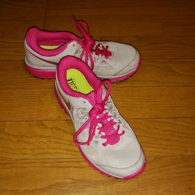 NIKE(ナイキ)の【ナイキ】 スニーカー 22.5 (22 1/2) 白 X ピンク  レディースの靴/シューズ(スニーカー)の商品写真
