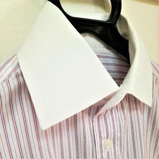 コムサイズム(COMME CA ISM)のクレリックドレスシャツ(ワイシャツ・白地・赤ストライプ)(シャツ)
