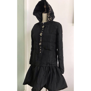 チェスティ(Chesty)のビジュー付きロングダウンコート/ペプラム裾 ブラックSサイズ (ダウンコート)