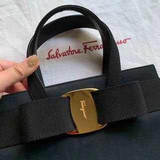 サルヴァトーレフェラガモ(Salvatore Ferragamo)の美品 サルヴァトーレフェラガモ ヴァラ ハンドバッグ ヌバック ネイビー(ハンドバッグ)