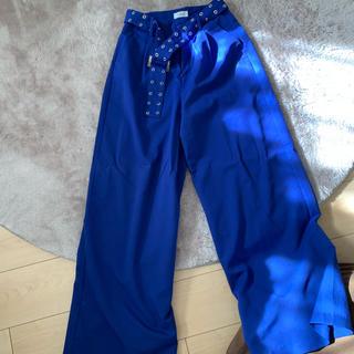 エヴリス(EVRIS)のEVRIS カラーワイドパンツ ベルト付き ブルー(カジュアルパンツ)