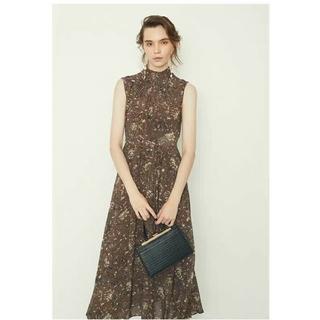 フレイアイディー(FRAY I.D)のFRAY I.D 雑誌は優雅なしわの襟元の復古の模様のワンピースを掲載します。(ロングワンピース/マキシワンピース)