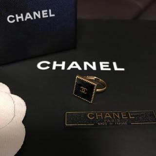 シャネル(CHANEL)のCHANEL ノベルティ スクエア リング(ゴールド×ブラック)(リング(指輪))