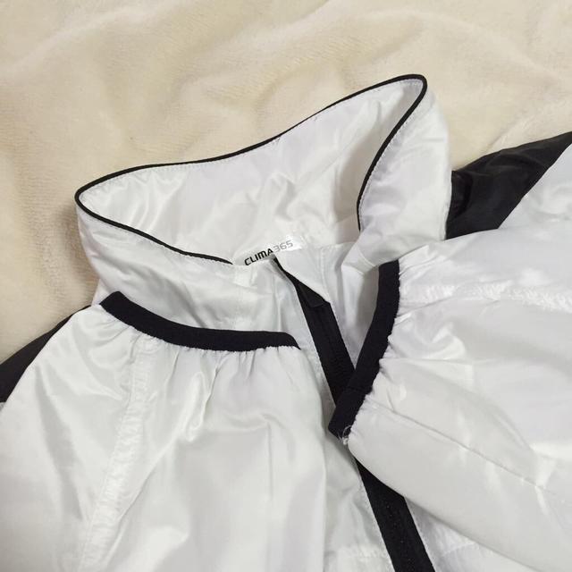 adidas(アディダス)のadidas ウィンドブレーカー白 レディースのジャケット/アウター(ダウンジャケット)の商品写真