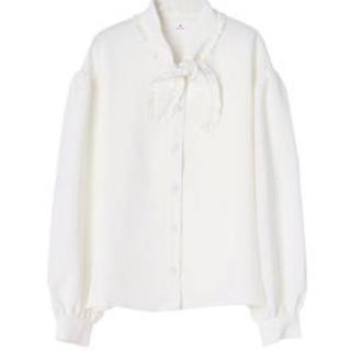 メリージェニー(merry jenny)のスカーフ衿 ブラウス ホワイト 限界値下げ(シャツ/ブラウス(長袖/七分))