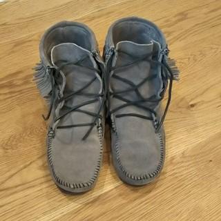 ミネトンカ(Minnetonka)のMINNETONKA 8グレー ブーツ(ブーツ)