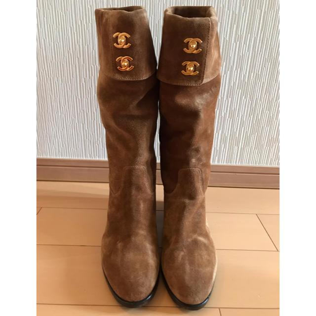 CHANEL(シャネル)の美品CHANELシャネルブラウンスェードロングブーツ36サイズペタンコヒール楽 レディースの靴/シューズ(ブーツ)の商品写真