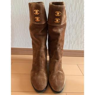 シャネル(CHANEL)の美品CHANELシャネルブラウンスェードロングブーツ36サイズペタンコヒール楽(ブーツ)