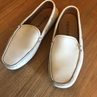 プラダ(PRADA)のPRADA ローファー 24.5 白(ローファー/革靴)
